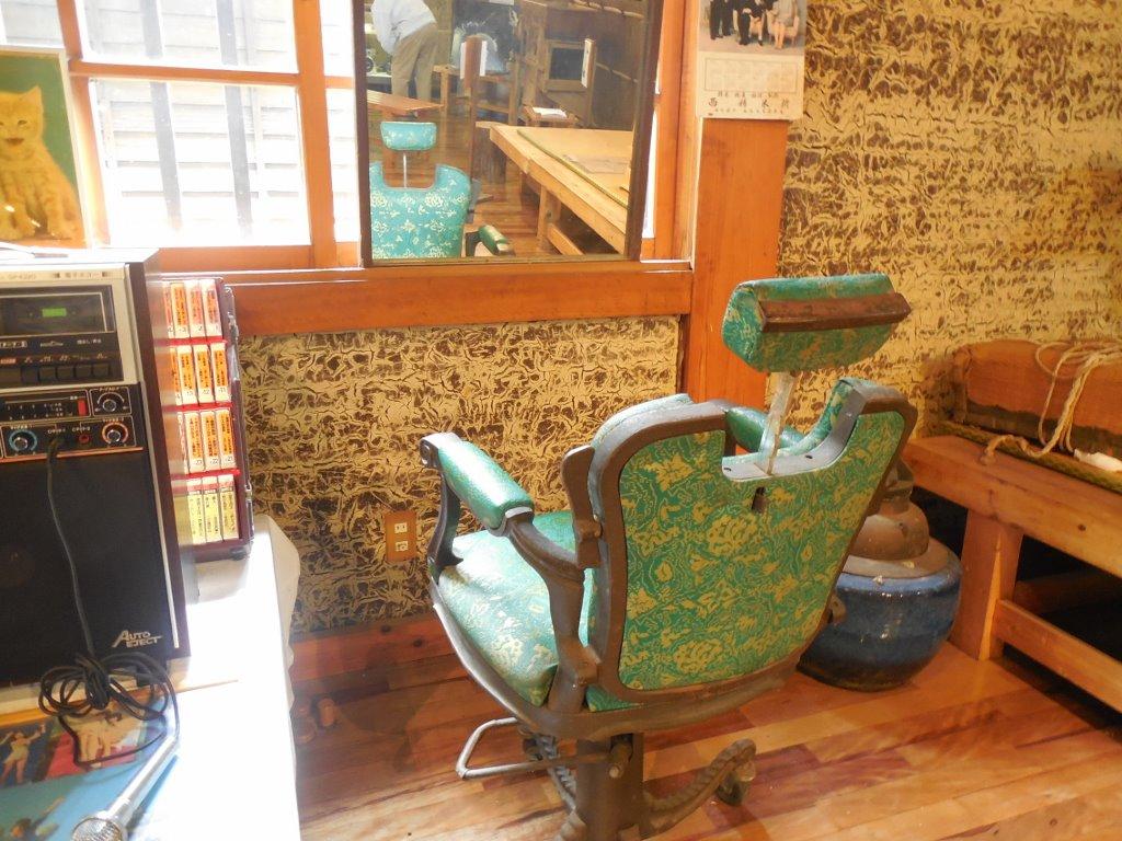 こちらは当時の床屋さんの椅子と鏡です。