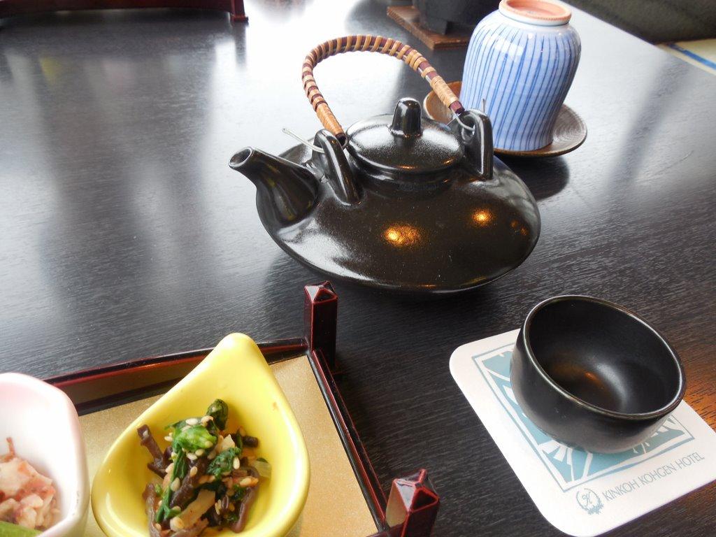 黒じょかで焼酎のお湯割りを頼み、前菜でチビチビ始めます。