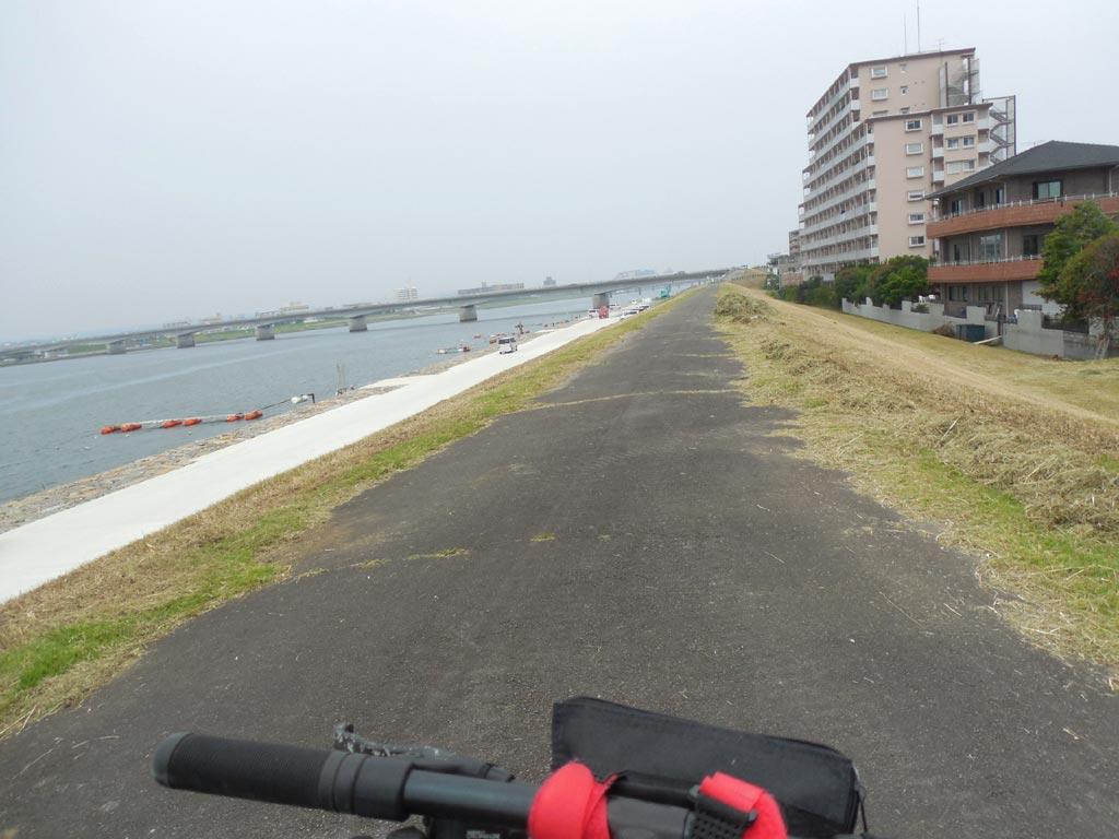 大淀川の土手に行き、草むらや凸凹道を走ってみます
