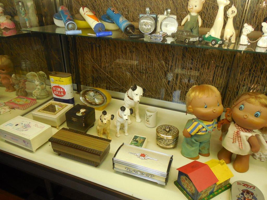 昭和のお人形やオルゴール、玩具類、何故か殺虫剤噴霧器もあります。