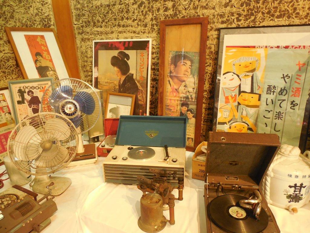 ポスターや蓄音機、電化製品など、昭和の雰囲気に溢れています。