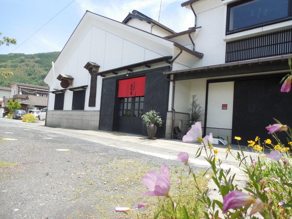 森伊蔵の酒造場は、錦江湾沿いの花に囲まれた場所にあります。