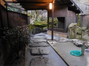 離れにある、専用露天風呂への入口です