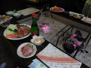 囲炉裏には備長炭が赤く焼け、すぐに焼いて食べられる。