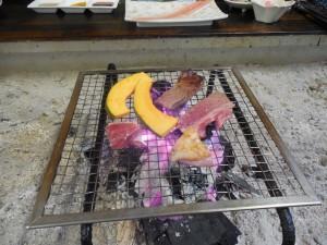 早速、肉を焼き始め、まずは牛肉から一口