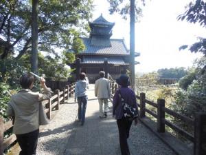 高台にある、綾城に行きます。