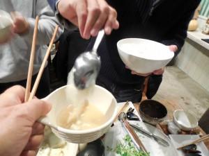 スプーンで取り、碗の縁で切って落とします。
