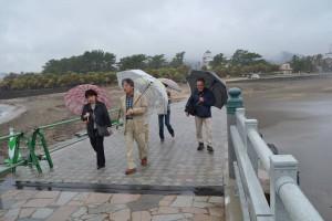 弥生橋を渡り