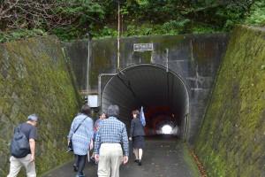鵜戸神宮では、トンネル経由の山道を歩きます。