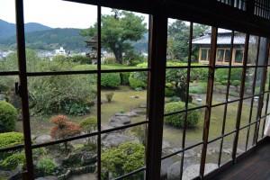 少し歪んだ窓硝子越しの庭園