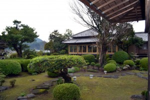 広い屋敷に囲まれた庭園