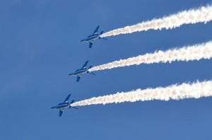 3機編隊の背面飛行