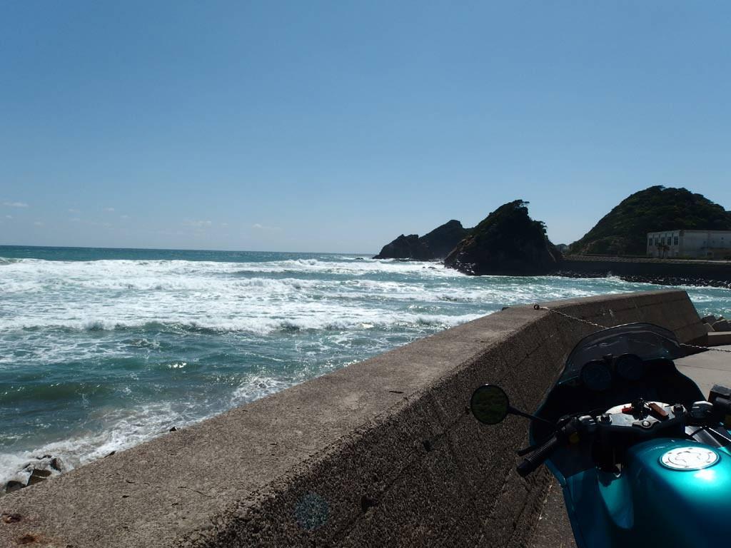 油津港への海沿いの道