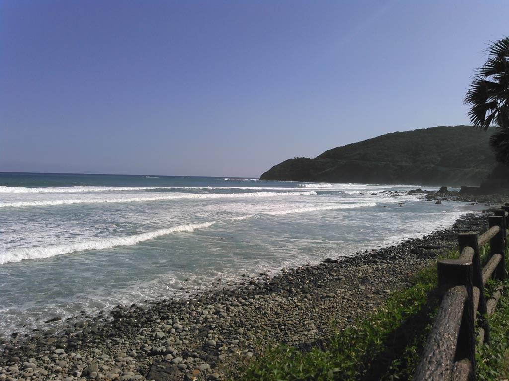 恋ケ浦は台風の余波で波が高く、サーフィンしている姿は見当たらない。