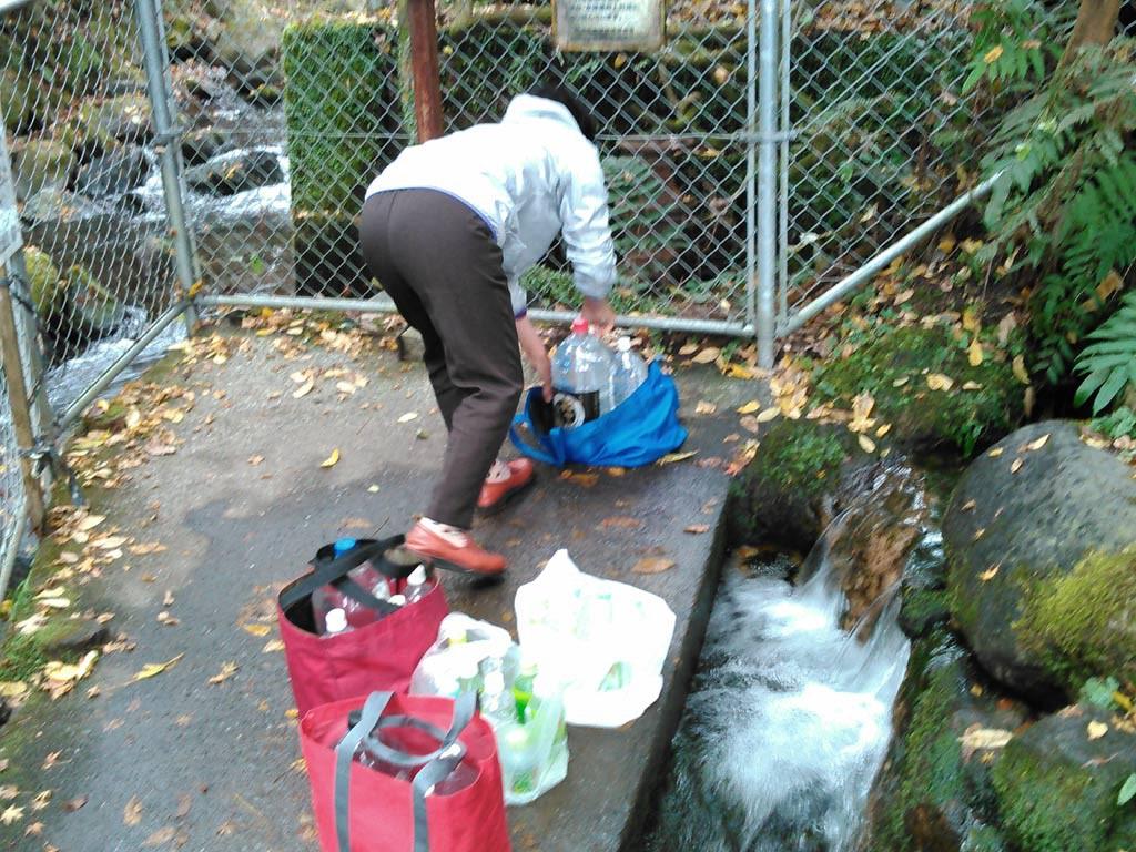 持参したポリタンクに美味しい水を汲んでます。