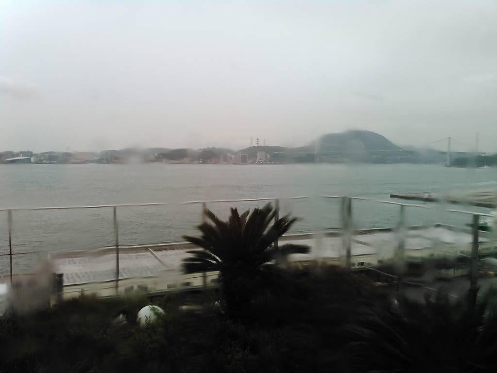 雨に煙る関門海峡