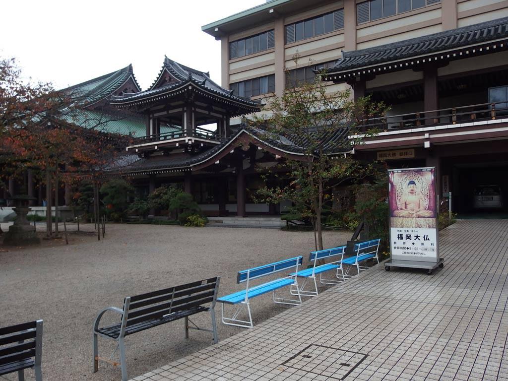 オフィス街の中に東長寺がある。