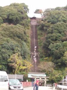 須賀神社の長く高い階段