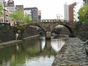 川岸に降り、眼鏡橋を望む。