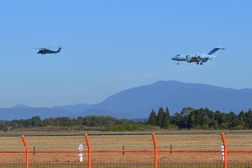 ヘリコプターと小型ジェット機