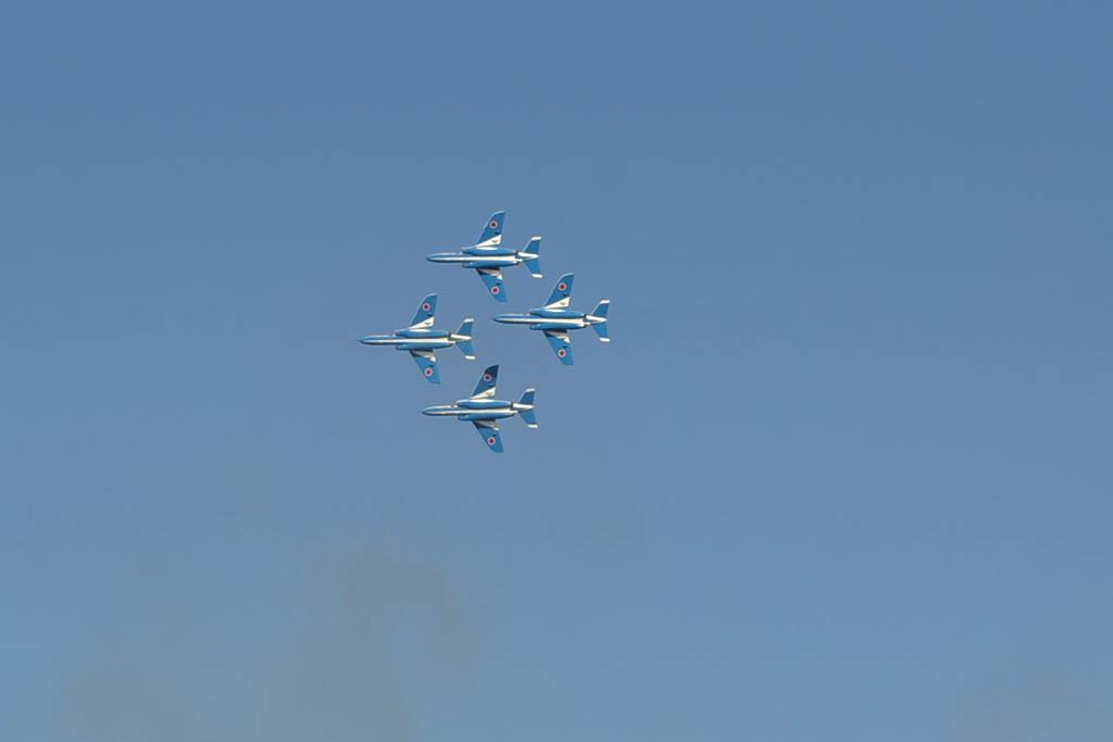 4機が離陸、編隊飛行!