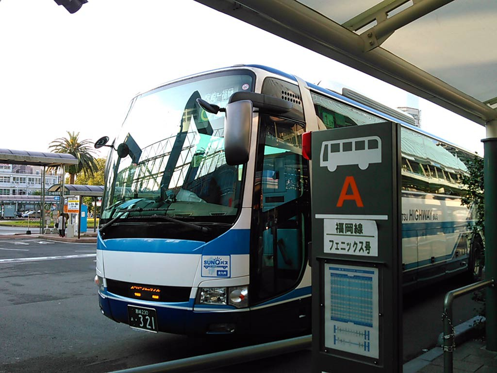 宮崎駅バスターミナル、福岡行きバス到着。