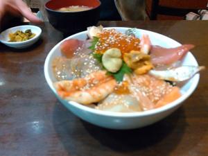 魚が溢れるような海鮮丼