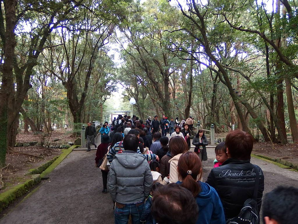 宮崎神宮入り口の鳥居辺りから行列