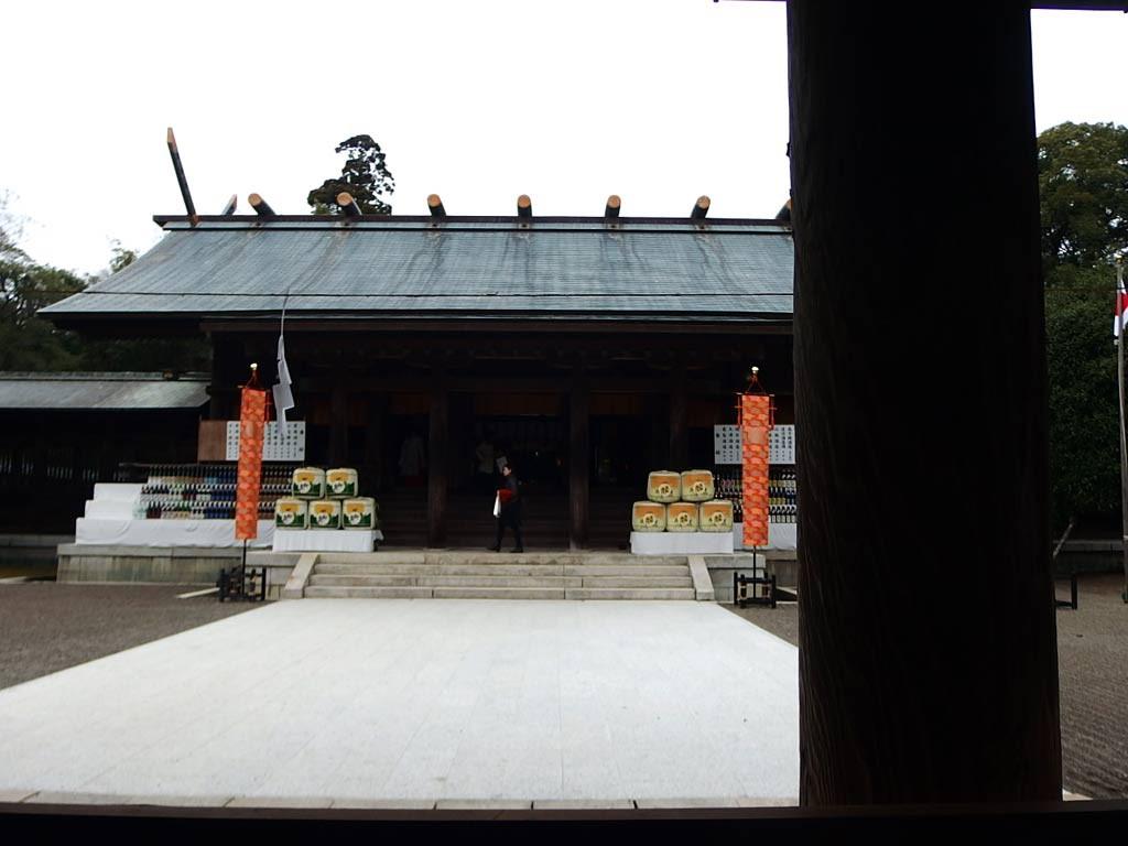 最前列から拝殿を望む。
